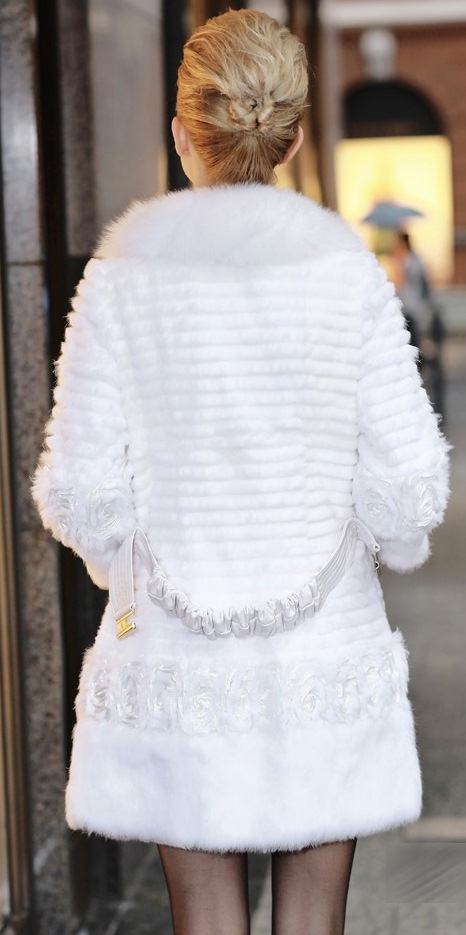 шубка из белого меха кролика