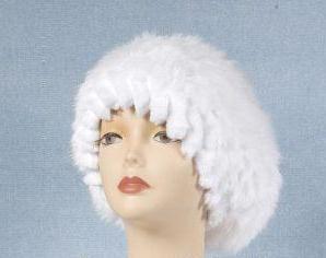 белая шапка из меха кролика